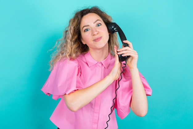 Mulher de camisa com telefone