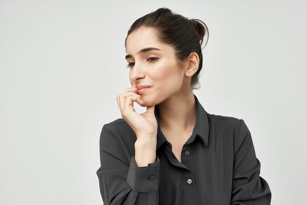 Mulher de camisa preta dor de cabeça descontentamento problemas de saúde