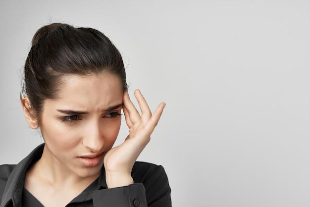 Mulher de camisa preta segurando a cabeça deprimida fundo isolado