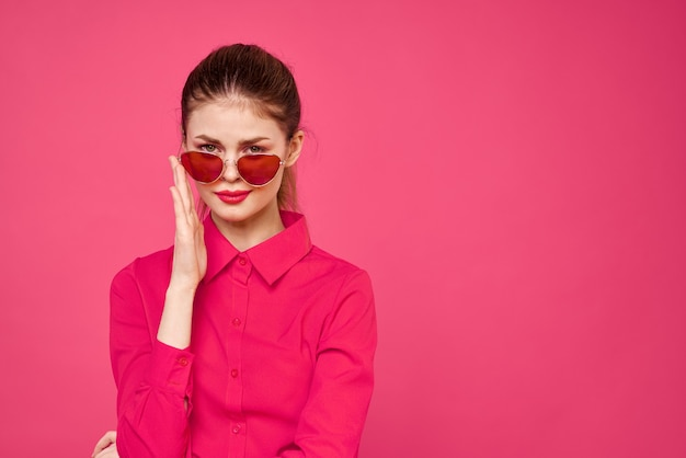 Mulher de camisa rosa e óculos marrons vista recortada modelo de moda