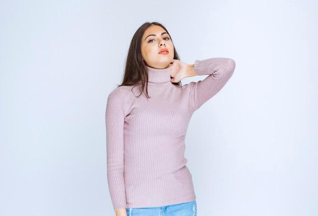 Mulher de camisa roxa dando poses relaxadas e atraentes.