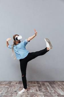 Mulher de camisa, usando o dispositivo de realidade virtual