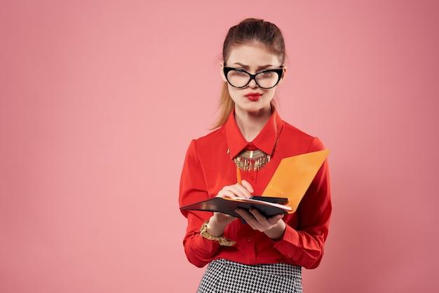 Mulher de camisa vermelha, secretária, escritório, trabalho, fundo rosa