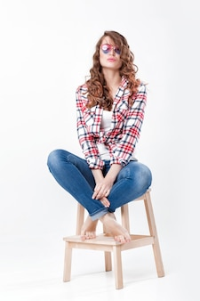 Mulher de camisa xadrez jeans e óculos escuros