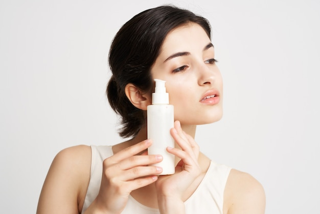 Mulher de camiseta branca, creme, pele limpa, cosméticos, higiene