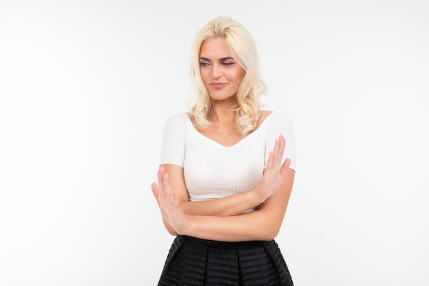 Mulher de camiseta branca demonstra falha com as mãos em um fundo branco com espaço de cópia