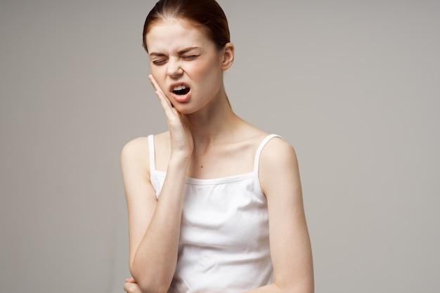 Mulher de camiseta branca, dor de dente, problemas de saúde, distúrbio, estúdio, tratamento