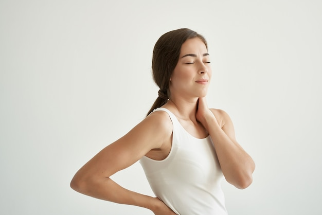 Mulher de camiseta branca dor nas articulações, problemas de saúde, desconforto