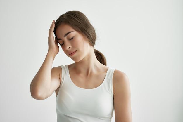 Mulher de camiseta branca, problemas de saúde, estilo de vida, frio