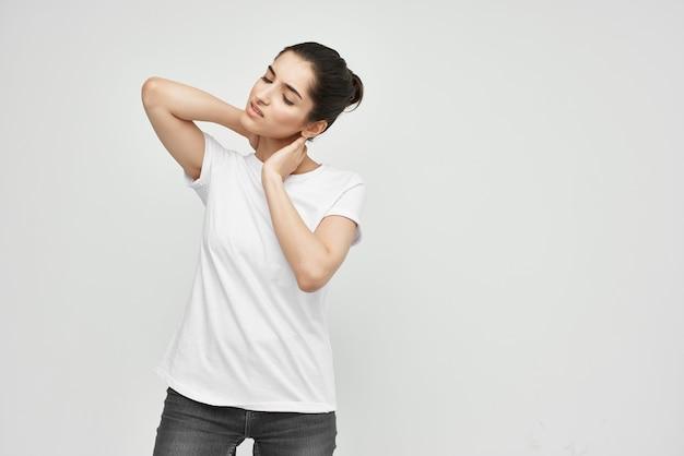 Mulher de camiseta branca, problemas de saúde, remédio, tratamento