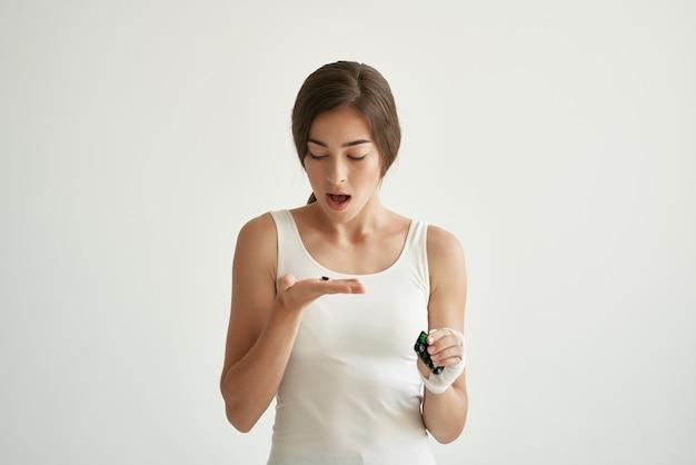Mulher de camiseta branca remédio problemas de saúde