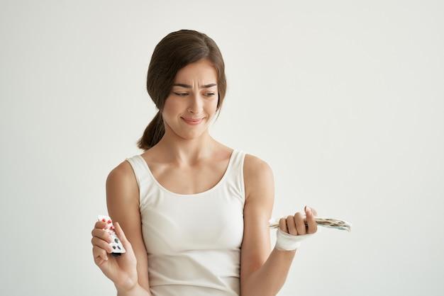 Mulher de camiseta branca remédios remédios tratamento