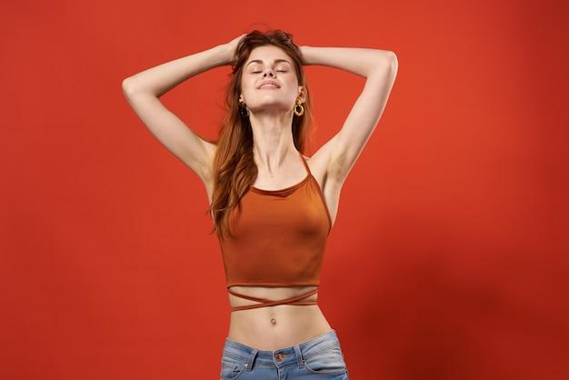 Mulher de camiseta vermelha, brincos, joias, moda, posar glamour