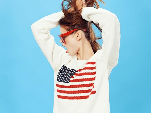 Mulher de camisola com a imagem da bandeira da américa. dia da bandeira americana e país independente