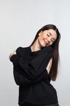Mulher de camisola preta demonstra alegria