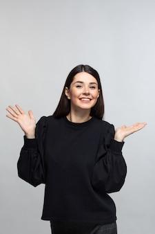 Mulher de camisola preta ri
