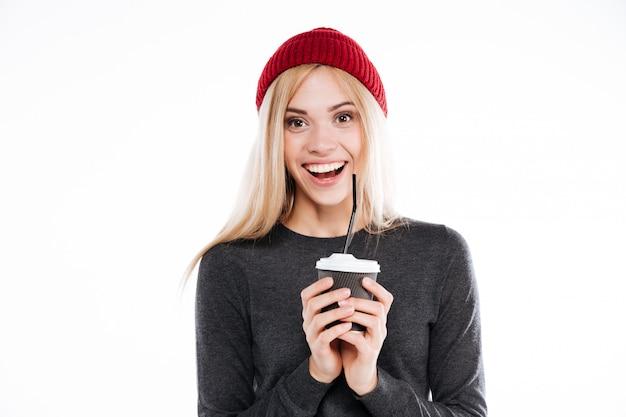 Mulher de camisola, segurando a xícara de café