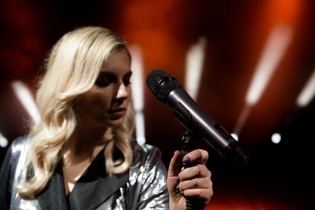 Mulher de cantor no palco. cantora e microfone.