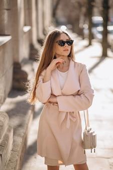 Mulher de casaco andando na rua