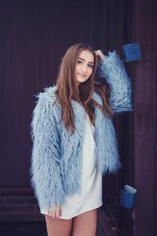 Mulher de casaco de pele de inverno