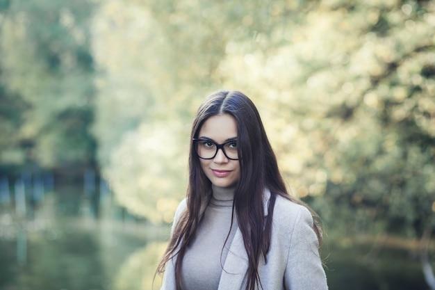 Mulher de casaco outono