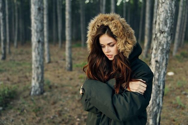 Mulher de casaco quente floresta natureza caminhada primavera.