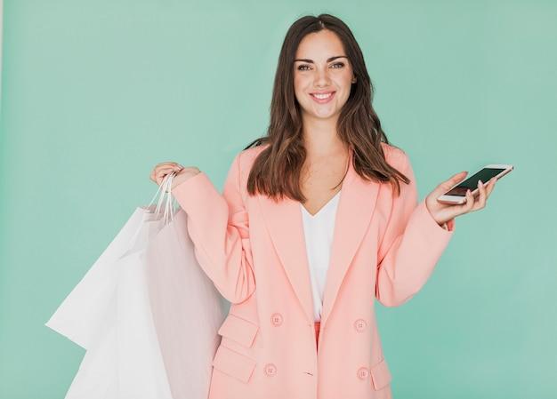 Mulher de casaco rosa sorrindo para a câmera