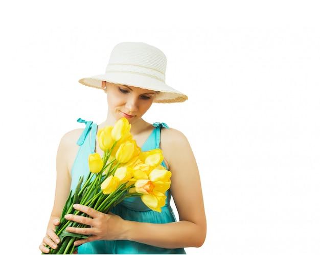 Mulher de chapéu com flores com a cabeça baixa