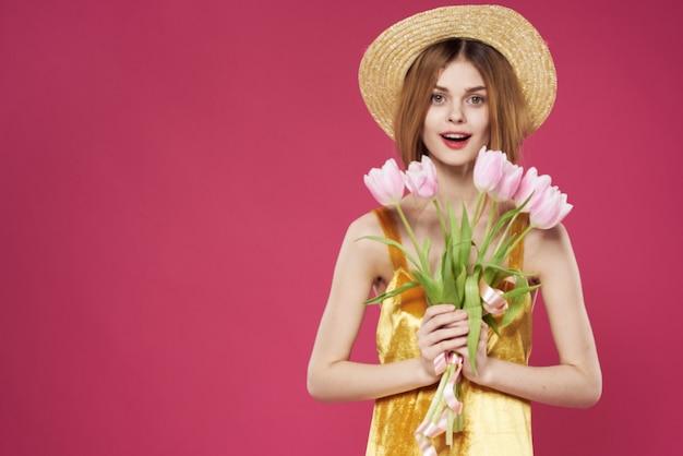 Mulher de chapéu com um buquê de flores de presente no feriado do dia dos namorados