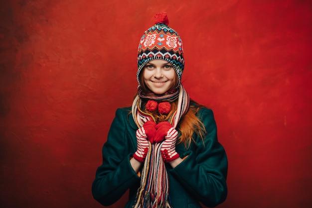 Mulher de chapéu engraçado de inverno, parede brilhante