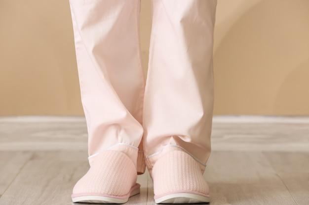 Mulher de chinelos macios em casa