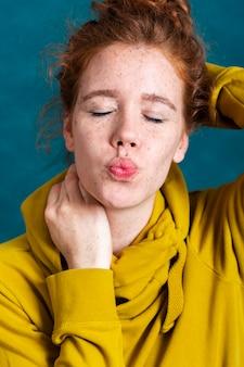 Mulher de close-up com os olhos fechados e beijinho
