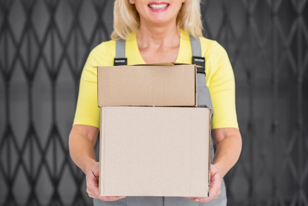 Mulher de close-up com pacotes