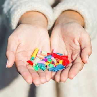 Mulher de close-up com plástico nas mãos