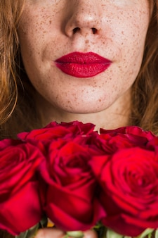 Mulher de close-up e lindas rosas