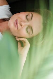 Mulher de close-up e planta verde