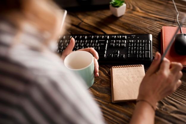 Mulher de close-up, escrevendo na agenda