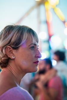 Mulher de close-up no parque de diversões