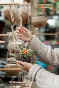 Mulher de close-up, organizando o mercado de flores