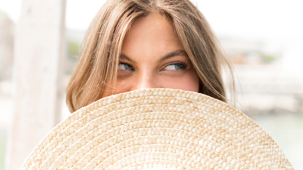 Mulher de close-up posando com chapéu