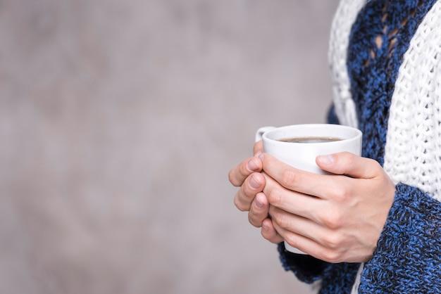 Mulher de close-up, segurando a caneca de café