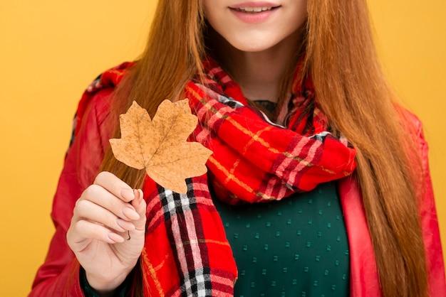 Mulher de close-up, segurando a folha