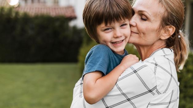 Mulher de close-up segurando criança feliz