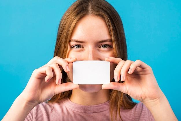 Mulher de close-up, segurando o modelo de cartão