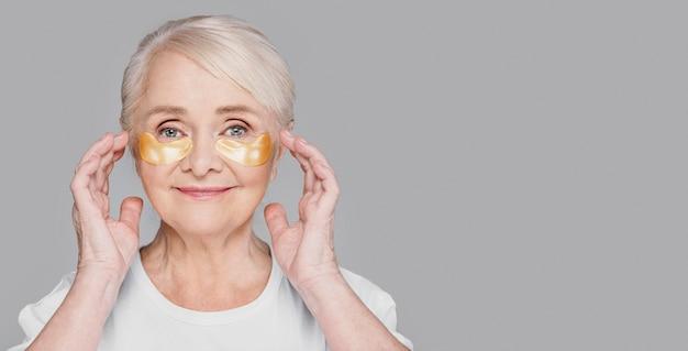 Mulher de close-up usando tapa-olhos