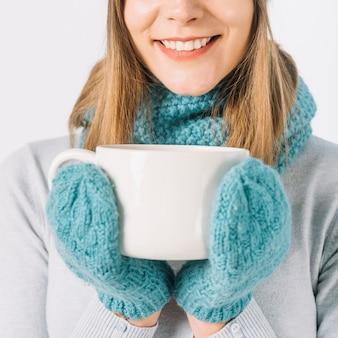 Mulher de colheita com bebida quente