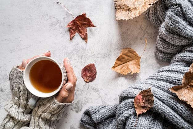 Mulher de colheita com uma xícara de chá quente