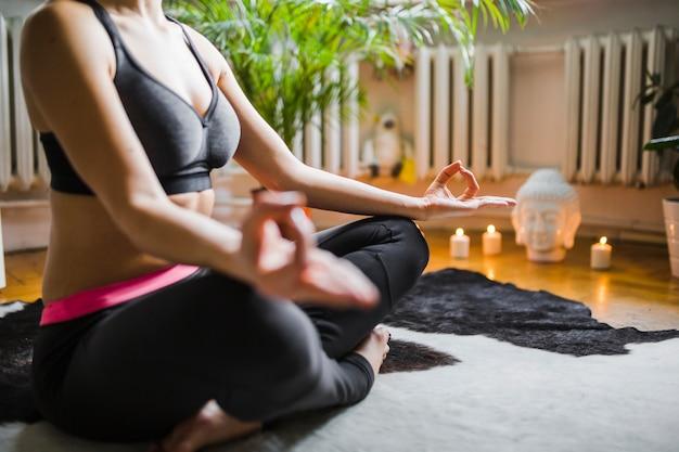 Mulher de colheita durante a meditação