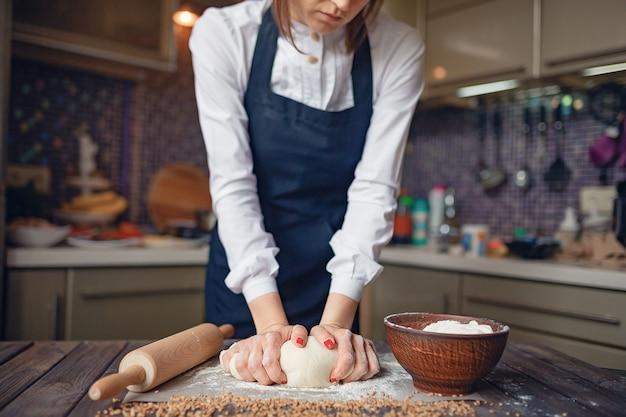 Mulher de colheita que cozinha no avental