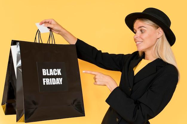 Mulher de compras black friday